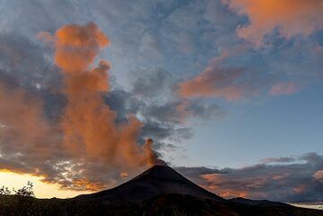 Small ash emissions at sunset. (Photo: Tom Pfeiffer)