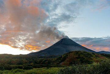 Sunset mood at Karymsky volcano. (Photo: Tom Pfeiffer)