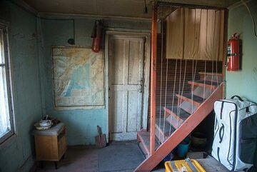Stairway to second floor (Photo: Tom Pfeiffer)