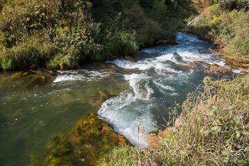 The river near the waterfall (Photo: Tom Pfeiffer)