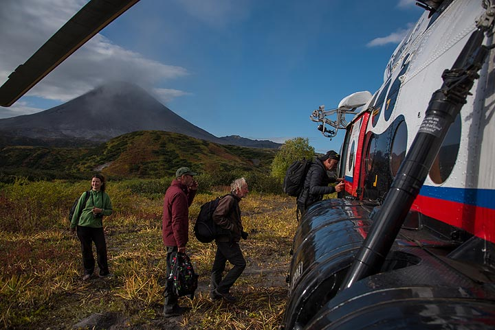 The helicopter has come again to pick us up. (Photo: Tom Pfeiffer)