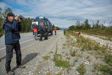 Short break on the long drive to Kozyrevsk (Photo: Tom Pfeiffer)