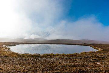 Small lake on the plateau. (Photo: Tom Pfeiffer)