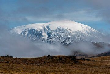 Ushkovsky volcano seen behind the fog. (Photo: Tom Pfeiffer)