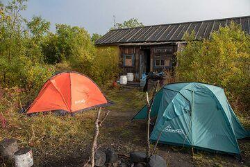 Camp and Apochonchik hut (east side of Klyuchevskoy) (Photo: Tom Pfeiffer)
