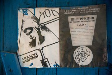 Old instructions for the hut's first aid kit in black and white on a blue wall. (Photo: Tom Pfeiffer)
