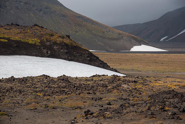 Barren gray and brown landscape at the foot of Gorely volcano in the mist (Photo: Tom Pfeiffer)