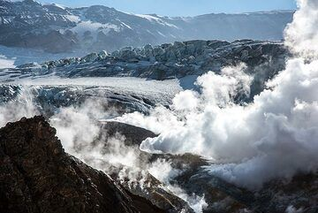 View towards the main glacier occupying the crater of Mutnovsky. Compared to previous years, it has become much smaller. (Photo: Tom Pfeiffer)