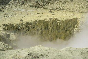 Sulphur-covered ground. (Photo: Tom Pfeiffer)