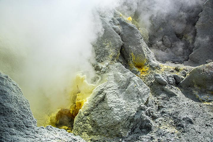 Another fumarole nearby. (Photo: Tom Pfeiffer)