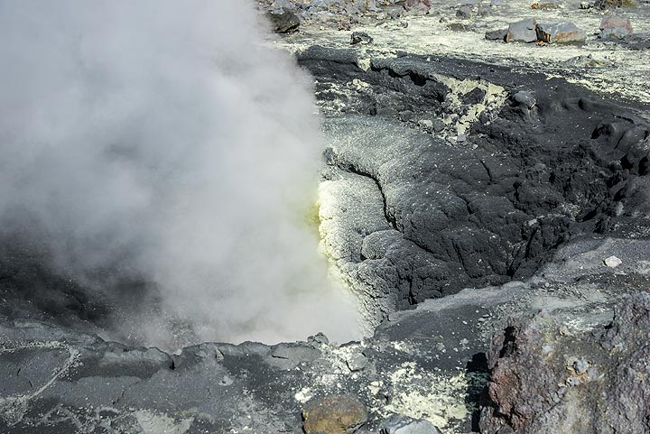 Dark green and yellow at a fumarole in Mutnovsky (Photo: Tom Pfeiffer)