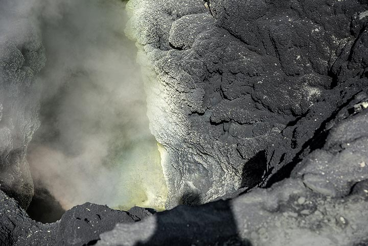 View into the fumarole vent that used to be dark gray boiling mud. (Photo: Tom Pfeiffer)