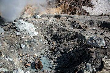 Altered volcanic rock landscape inside the crater. (Photo: Tom Pfeiffer)