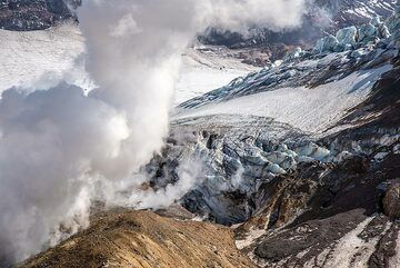 Heavy steaming from a fumarole in the outer crater wall. (Photo: Tom Pfeiffer)