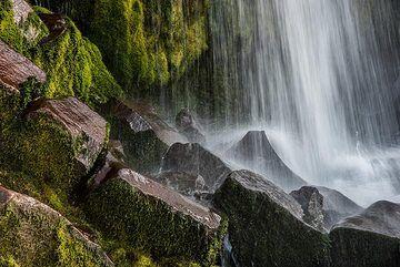 Waterfall with columnar lavas (1) (Photo: Tom Pfeiffer)