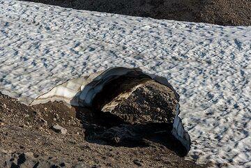 Small ice tunnel (Photo: Tom Pfeiffer)