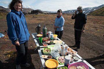 Improvized lunch break (Photo: Tom Pfeiffer)