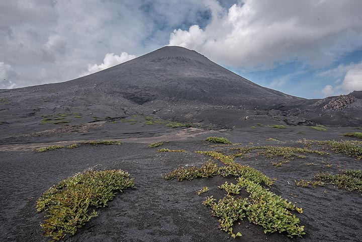 Karymsky volcano in a quiet phase (Photo: Tom Pfeiffer)