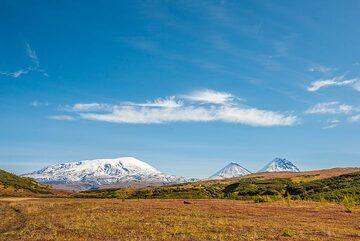 Ushkovsky, Klyuchevskoy and Kamen volcanoes are mighty landmarks visible from there. (Photo: Tom Pfeiffer)