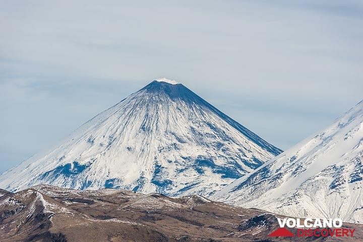 Klyuchevskoy volcano, weakly active, is emitting white steam plumes, and its summit area at approx. 4835 m a.s.l. is either covered with some ash and/or snow has melted by warm emissions. (Photo: Tom Pfeiffer)