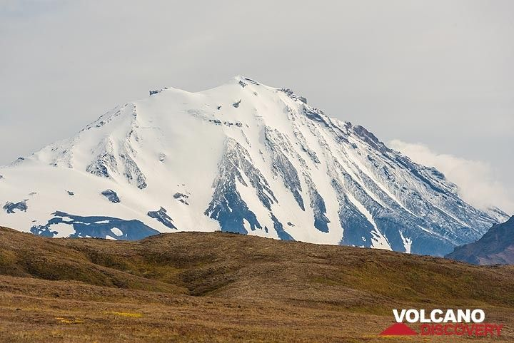 To the W, Zimina volcano also becomes visible from the plateau. (Photo: Tom Pfeiffer)