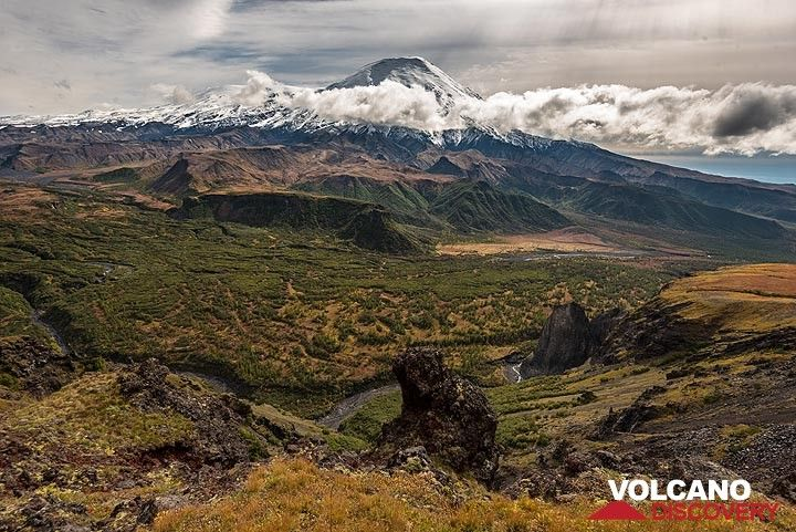 At the rim of the largest canyon of Central Kamchatka: it is almost 1000 deep and the natural watershed between the northern and the southern volcanoes in the group. (Photo: Tom Pfeiffer)