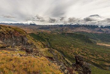 The size of the canyon is difficult to understand. Opposite is Tolbachik massif. (Photo: Tom Pfeiffer)