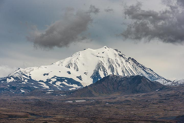 Looking west, Zimina volcano seems small compared to Tolbachik. (Photo: Tom Pfeiffer)