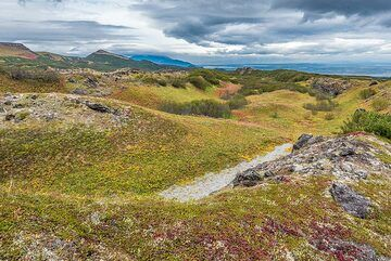 View of an old wide lava channel. (Photo: Tom Pfeiffer)