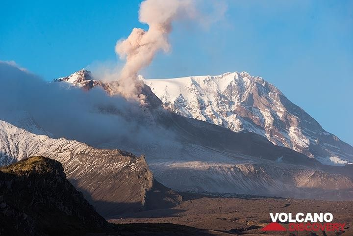 First view of Shiveluch volcano's lava dome, after clouds have partially lifted in the afternoon (and wind dropped a bit). (Photo: Tom Pfeiffer)