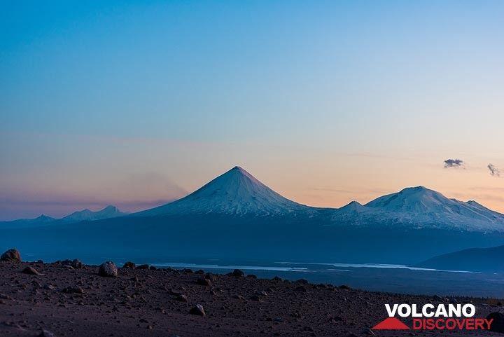 Silhouettes of Klyuchevskoy and Kristovsky / Ushkovsky volcanoes looking back S during the blue hour. (Photo: Tom Pfeiffer)