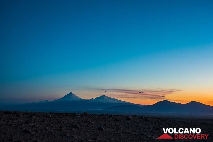 Volcanic sunset sihouettes (Photo: Tom Pfeiffer)