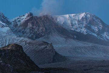 A rockfall lifts a trace of dust. (Photo: Tom Pfeiffer)