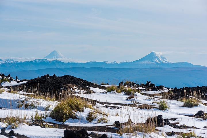 To the SE, the perfect cone of Kronotzky volcano and still steaming Kizimen volcano are visible in the distance. (Photo: Tom Pfeiffer)