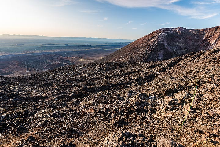 Reaching the rim of the enormous, 300 m high, uppermost cone of the 1975-76 eruption, where one of the large lava flows started. (Photo: Tom Pfeiffer)
