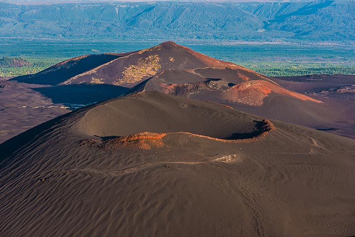 A row of cinder cones from another flank eruption is located just north of our viewpoint. (Photo: Tom Pfeiffer)