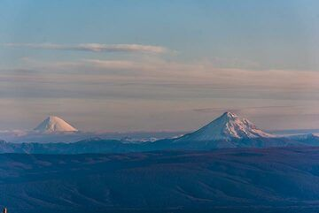 Kronotzky and Kizimen volcanoes in the evening. (Photo: Tom Pfeiffer)