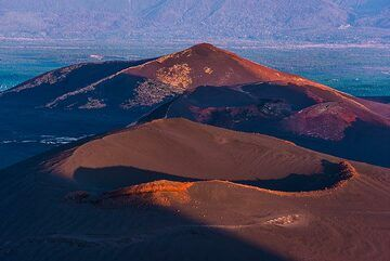 Cinder cones hit by setting sun. (Photo: Tom Pfeiffer)