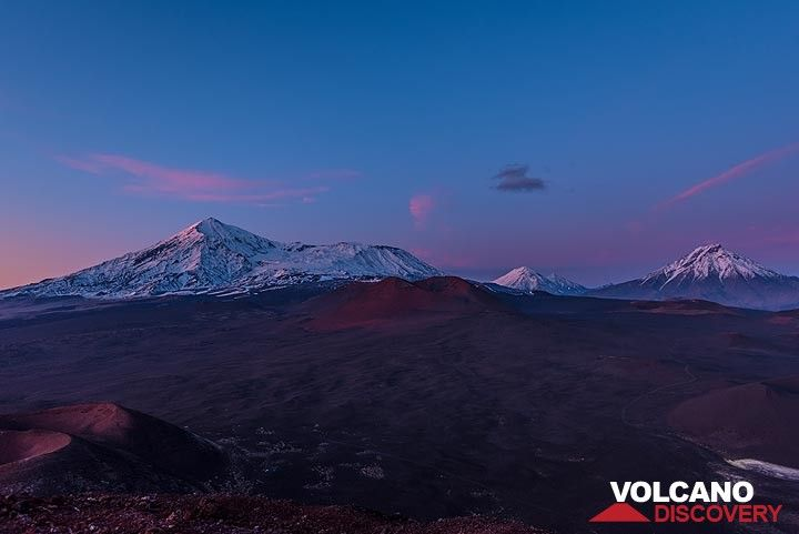 Last picture of Tolbachik, Zimina and Udina volcanoes in the blue hour (Photo: Tom Pfeiffer)