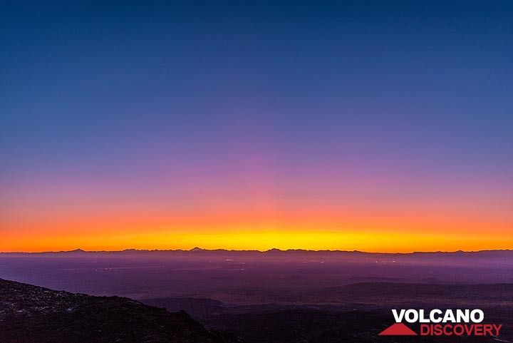 Deep yellow, orange and purple colors at the western horizon. (Photo: Tom Pfeiffer)