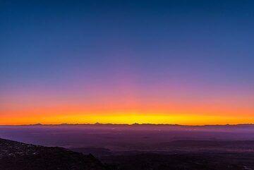Deep yellow, orange and purple colors at the western horizon. (Photo: Tom Pfeiffer)