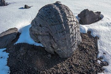 Curiously shaped lava bomb (Photo: Tom Pfeiffer)