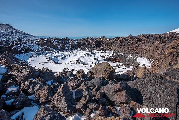 Collapsed lava pond (Photo: Tom Pfeiffer)