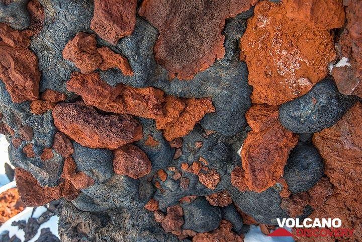 Dark, glassy pahoehoe lava intruded the gaps of oxidized 'a'a lava blocks. (Photo: Tom Pfeiffer)