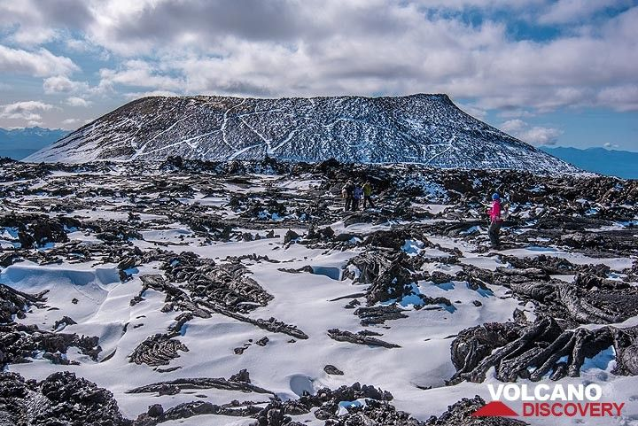 An older cinder cone in the background. (Photo: Tom Pfeiffer)