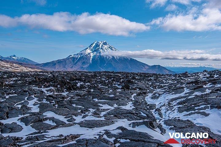 The 2012-13 lava flow and Udina volcano (Photo: Tom Pfeiffer)