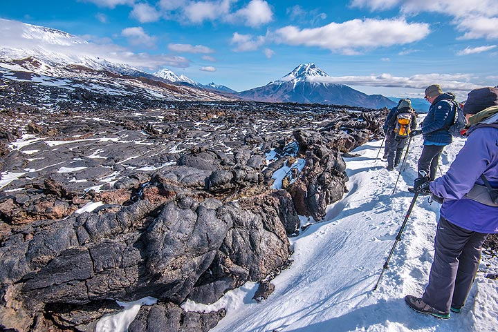 Hiking along the side of the 2012-13 lava flow (Photo: Tom Pfeiffer)