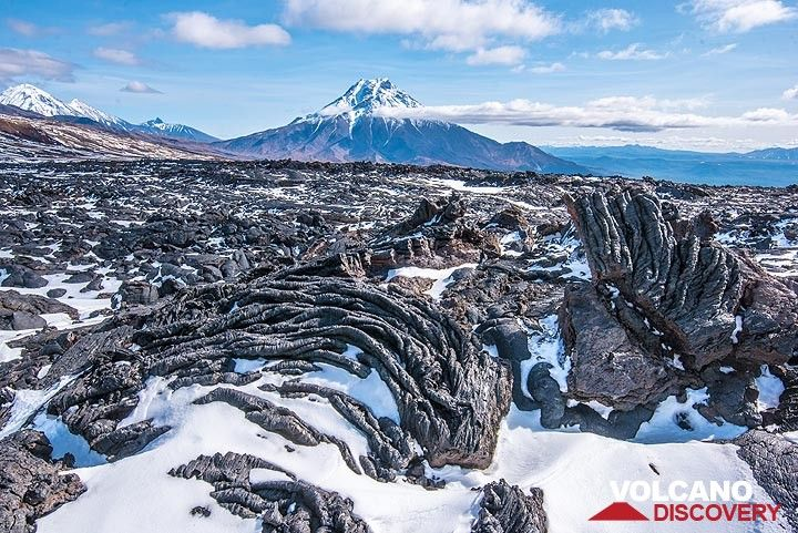 Ropy pahoehoe lava and Udina volcano (Photo: Tom Pfeiffer)