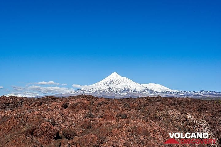 View towards Tolbachik from the vast 2012-13 lava flow, with Ushkovsky volcano in the far background to the left. (Photo: Tom Pfeiffer)