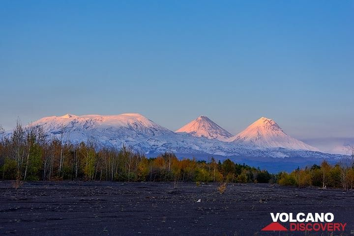 Sunset over the northern group of volcanoes (Photo: Tom Pfeiffer)